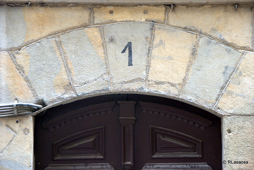 Detalle del portal número 1 de la calle Estafeta.