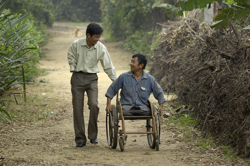 Peer support visit: Outreachworker Luu with Tan Van Son