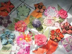16 Rosetas (Carla Cordeiro) Tags: 3d feitomo fuxico patchwork rosas dobradura premiao roseta fabricflower floresdetecido linhaeagulha agulhaelinha tecidotingido floresdefuxico tingidopordivnia orinuno terquilt10 dimensionalfoundationpiecing