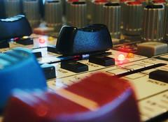 mesa_som2 (Rodrigo Grossmann2010) Tags: music azul cores table preto curitiba musica som mesa volume cabos estao rdio vermelhos botes frequencia