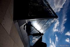 TRIangolazioni (mickymac49 (mmf)) Tags: travel family vacation paris france art nikon nuvole child louvre blu ombra du musee 49 cielo bimbo francia 2010 reportage vetro parigi piramide bambino d90 triangoli mickymac mickymac49