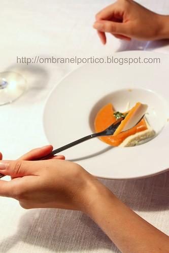 Panna cotta, gelatina di albicocche, erbe aromatiche caramellate