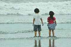 Shounan_Cloudy_day_54 (ajari) Tags: sea portrait beach silhouette japan kids spring nikon child action human 日本 sanpo kanagawa 海 散歩 人物 shonan 神奈川 春 湘南 d300 ビーチ 子供 シルエット アクション afsvrzoomnikkored70300mmf4556gif
