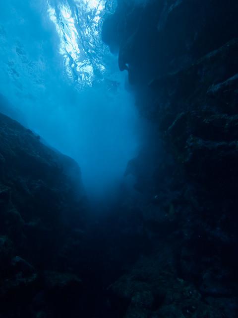 打ち寄せる浪の下にて