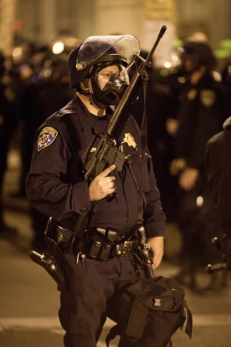 Riot Cop and Assault Riffle, Oakland Riots, 2010 da Thomas Hawk.