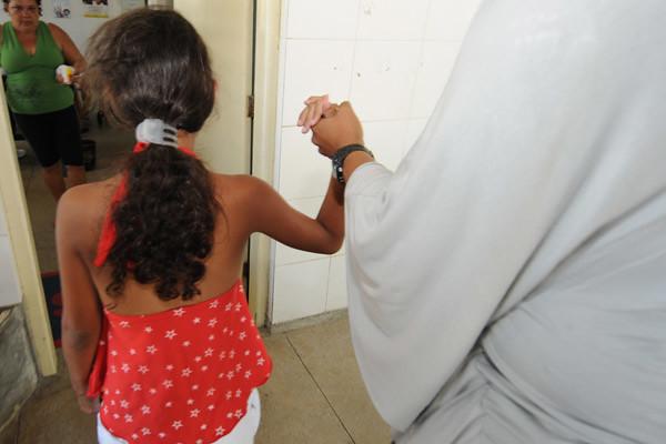 Menina de 9 anos que foi estuprada pelo padrasto e acabou grávida de gêmeos