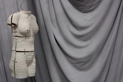 Anglų lietuvių žodynas. Žodis torso reiškia n 1) liemuo, torsas; 2) (skulptūros, kūrinio) fragmentas lietuviškai.