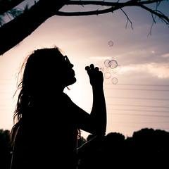 (Luis Hernandez - D2k6.es) Tags: light summer portrait luz sol girl contraluz arbol atardecer picnic cielo verano contraste gafas calor jabon