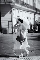 Montpellier: hot (Paul fotografeert!) Tags: bw woman hot walking blackwhite zwartwit sunny montpellier parasol vrouw