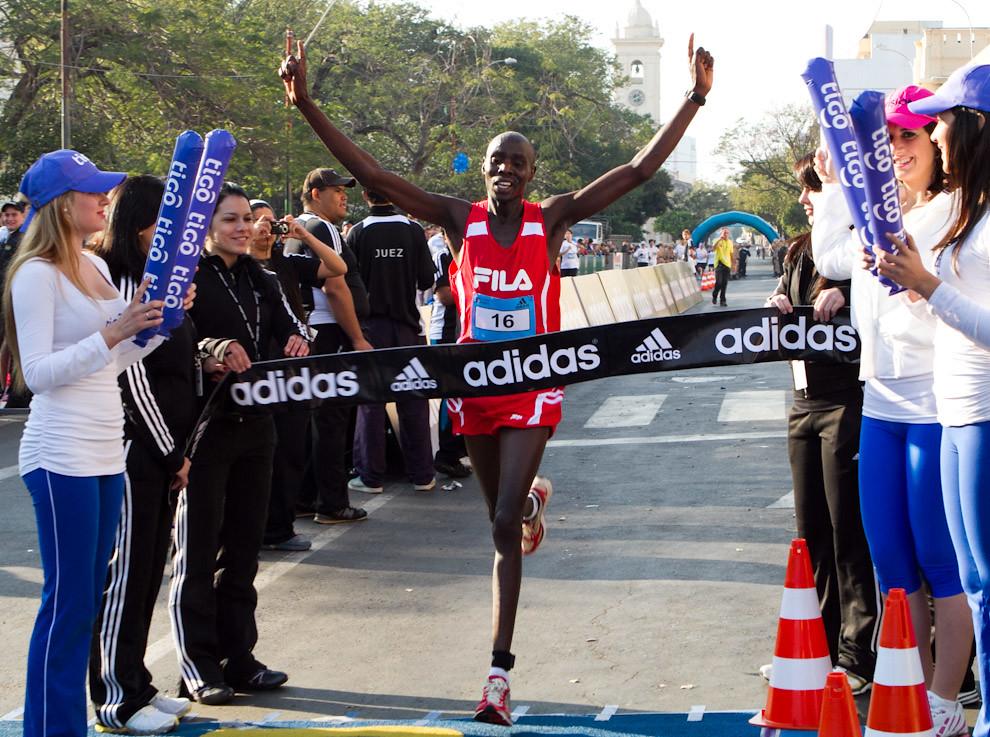 El Nigeriano Titus Kipkosgei cruzando la meta alcanzando asi la segunda posición en la categoría 21km Masculino con un tiempo de 01:06:31.  (Tetsu Espósito - Asunción, Paraguay)