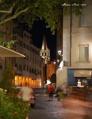 UNA VIA DI AVIGNONE DI NOTTE (sullo sfondo, il campanile della Cattedrale) (mauro855) Tags: francia paesaggi 2010 provenza avignone panorami nikond60 mauronizzi