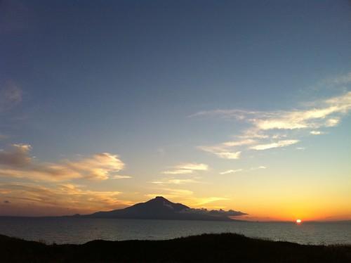 利尻島脇の海に沈むところを。