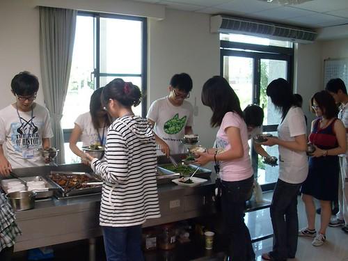 學院準備的素菜非常美味,即使平時沒有素食習慣的同學,也吃得津津有味