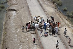 Pakistani flood victims rush to pick up relief...