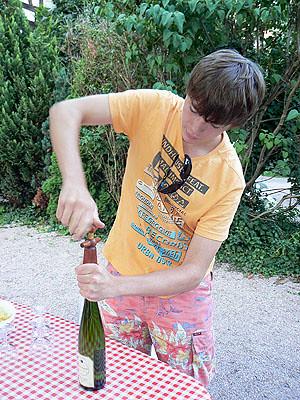 clément ouvre le vin.jpg