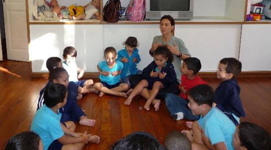 Crianças fazendo yoga
