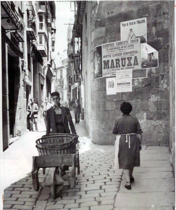 Federico Martín Bahamontes empujando un carro de fruta el día 2 de septiembre de 1949 en la calle Hombre de Palo de Toledo. Acme Photo