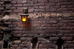 (Marcus Vieira) Tags: muro wall tijolo brick luz lustre lâmpada rústico rustic são paulo praça benedito calixto galeria