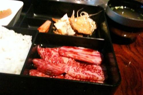カルビランチ。また肉だ。まあ今日は肉の日だから良しとしよう。
