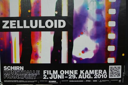 QR Code für die Ausstellung Zelluloid der Schirn Kunsthalle an einem Plakat in der Ubahn. Juli 2010