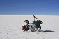 Such balance for a wee-lady! (Pikes On Bikes) Tags: bike america cycling south bolivia cycle bici touring altiplano potosi salardeuyuni cycletouring americadelsur pikesonbikes bicitourismo