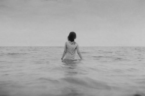 フリー写真素材, 人物, 女性, 人と風景, 海, 後ろ姿, モノクロ写真,