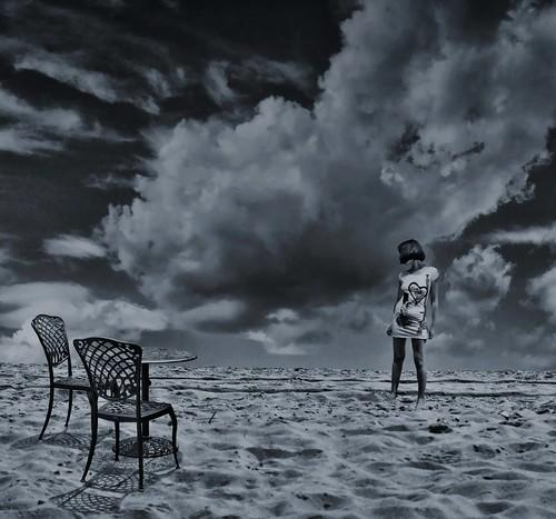 フリー写真素材, 人物, 女性, 人と風景, ビーチ・砂浜, 椅子・ベンチ・ソファ, モノクロ写真,
