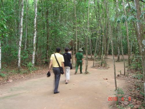 .....導遊帶我們進入樹林.....