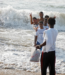 H a p p y C l i c k i n g... (vijayrks / v i j e y e) Tags: waves marinabeach tamilnadu southindia 55200 nikond40