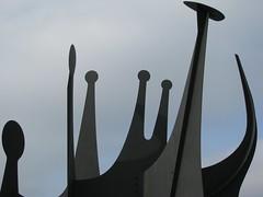 """Têtes et Queue"" Alexander Calder (MKP-0508) Tags: blue sculpture berlin metal grey gris grau skulptur bleu calder publicart blau metall alexandercalder neuenationalgalerieberlin têtesetqueue"