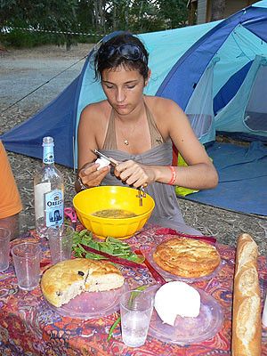 camille prépare l'omelette.jpg