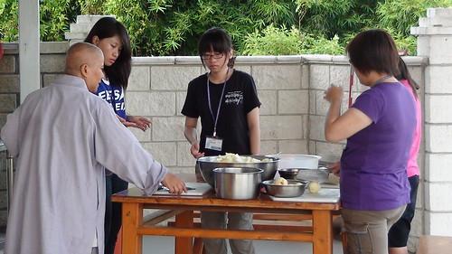 除了整理環境整潔,挑洗菜也是同學們準備!