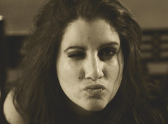 Octubre. (Pliyo Senpai) Tags: portrait girl canon 50mm kiss chica retrato octubre davinia cajadecartn spacetravelers eos550d eosrebelt2i pliyosenpai