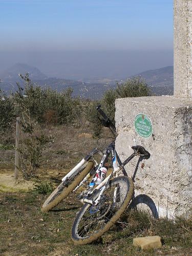 Vértice Geodésico de Cerro Viento, con Martos al fonso
