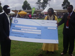 Helen Too (Center)  Tetra Pak's Marketing Director presents a cheque of Kshs 3,000,000 (40,000USD) to Kokiche.