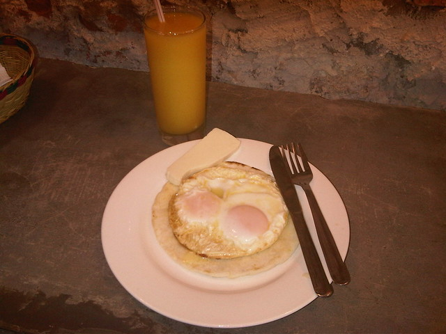 Arepa con huevos y queso (eggs and cheese), with fresh mango juice.