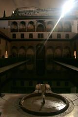 Der Patio de las Arrayanes in der Alhambra bei Nacht, Andalusien