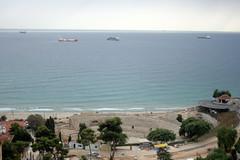 Blick auf Mittelmeer mit einem Amphitheater im Vordergrund, Tarragona, Katalonien