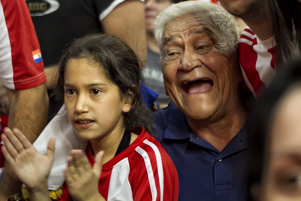 Nieta y abuelo siguen con alegría el encuentro en el patio de comidas de un shopping capitalino. (Tetsu Espósito, Asunción, Paraguay)
