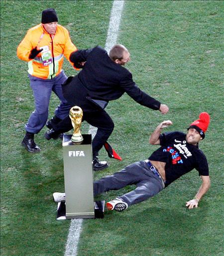 Foto de Jimmy Jump con el Trofeo del Mundial FIFA
