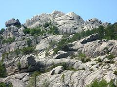 Depuis le sentier au N, le couloir d'accès, le couloir rocheux de montée et le sommet de Punta di u Diamante