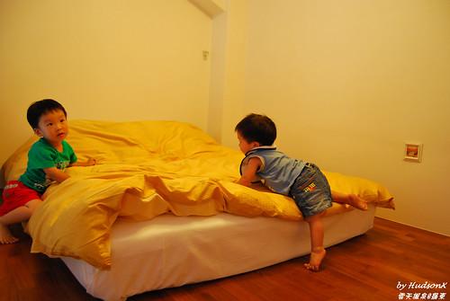 看到二樓的床就玩瘋了