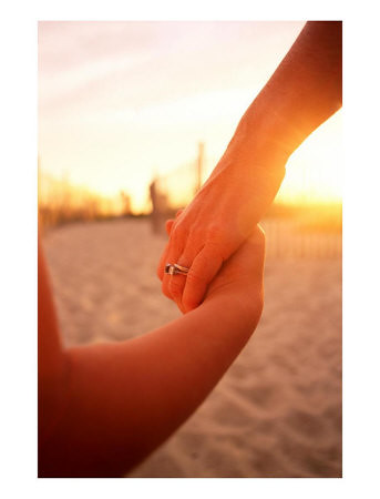 holding_hands_beach-1431