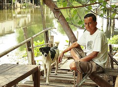 man and his dog (the foreign photographer - ฝรั่งถ่) Tags: dog man portraits thailand canal bangkok aged middle tanon khlong bangkhen