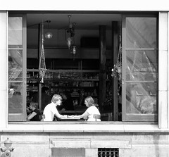 ROMANCE (Akbar Simonse) Tags: street people urban love window bar cafe couple belgium belgique belgie candid streetphotography romance luik lige streetshot straat straatfotografie straatfoto akbarsimonse