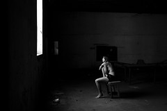 (Leonardo Cardoso) Tags: light portrait girl photography dramatic pb fotografia beautifulgirl strobist