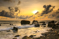 汐雲⋯⋯屏東縣枋山鄉(Tide and sunset)。 (Charlie 李) Tags: 5d3 canon stone wave tide color sunset pingtungcounty taiwan 台灣 屏東縣 枋山 石頭 海浪 夕陽 汐