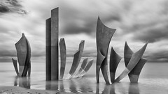 """Les Braves"" (erichudson78) Tags: france normandie calvados omahabeach canoneos6d canonef24105mmf4lisusm longexposure poselongue mer sea seaside reflection reflets eau water sable sand sculpture nuages clouds blackandwhite noiretblanc bw art"