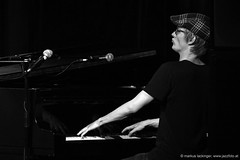 Lukas Moser: piano (jazzfoto.at) Tags: a77m2 wwwjazzfotoat wwwjazzitat jazzitsalzburg jazzitmusikclubsalzburg jazzitmusikclub jazzfoto jazzfotos jazzphoto jazzphotos markuslackinger jazzinsalzburg jazzclubsalzburg jazzkellersalzburg jazzclub jazzkeller jazzit2017 jazz jazzsalzburg jazzlive livejazz konzertfoto konzertfotos concertphoto concertphotos liveinconcert stagephoto greatjazzvenue greatjazzvenue2017 downbeatgreatjazzvenue salzburg salisburgo salzbourg salzburgo austria autriche blitzlos ohneblitz noflash withoutflash sony sonyalpha sonyalpha77ii alpha77ii mozarteum mozarteumsalzburg universitätmozarteumsalzburg sw schwarzweiss blackandwhite blackwhite noirblanc bianconero biancoenero blancoynegro