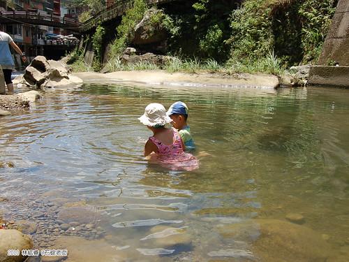 小朋友泡在溪中玩水